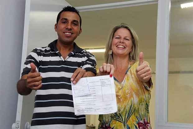 Marco Ant�nio da Silva encontrou e quitou as faturas de Karine Peyrot, que, sem perceber, havia deixado contas e dinheiro - cerca de R$ 600 - ca�rem na rua. Foto: reprodu��o/Facebook