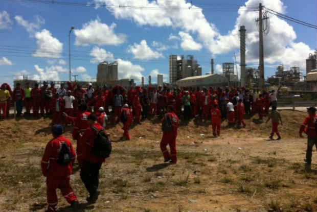 Trabalhadores prometem continuar de bra�os cruzados por tempo indeterminado (Foto: Divulga��o/Sintepav)