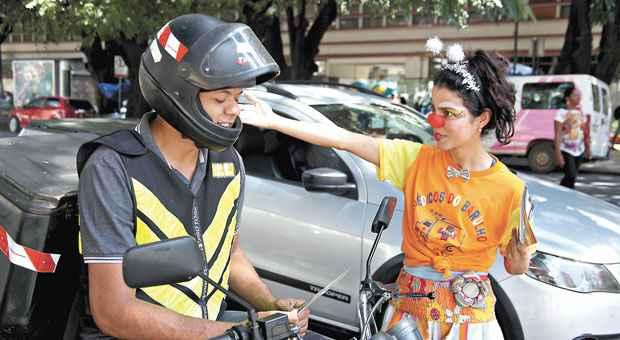 Grupo M�dicos do Barulho entregaram panfleto e alertaram condutores em frente ao pronto-socorro. Foto: FHEMIG/Divulga��o (FHEMIG/Divulga��o)