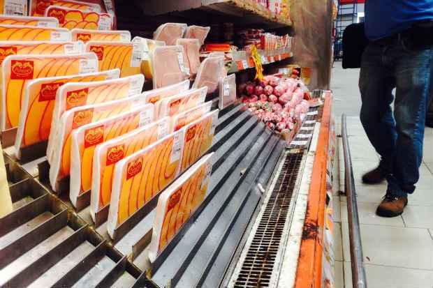Prateleiras de frios do Deskont�o apresentavam muita ferrugem, o que prejudica o consumo do produto (Augusto Freitas/DP/D.A Press)