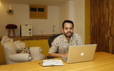 A Muma, e-commerce de design, participa tanto do coletivo quanto da loja Combi. Na foto, Matheus Ximenes, um dos s�cios da empresa (Blenda Souto Maior/DP/D.A Press )