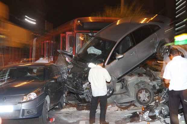 Acidente envolveu onze veículos na Avenida Domingos Ferreira, em Boa Viagem. Foto: Edvaldo Rodrigues/DP/D.A Press