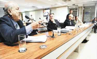 Relat�rio do senador Luiz Henrique (PMDB-SC) %u2013 em primeiro plano %u2013 rejeitou tr�s emendas apresentadas em plen�rio. Foto: Marcos Oliveira/Ag�ncia Senado (Marcos Oliveira/Ag�ncia Senado)