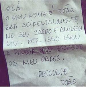 Infrator fingiu que escrevia seus dados para n�o ser pego por testemunha da batida Foto: Luiz Filipe Rosa/Instagram/Reprodu��o (Luiz Filipe Rosa/Instagram/Reprodu��o)