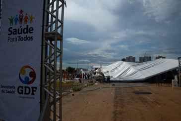 Tenda montada para consultas oftalmol�gicas e cirurgias de cataratas desabou ap�s chuva e ventos fortes em Ceil�ndia, no Distrito Federal. Foto: Valter Campanato/Ag�ncia Brasil