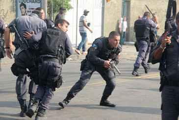1 / 3 Policiais militares entram em confronto com manifestantes e reagem sacando armas durante protesto contra desocupa��o do pr�dio da Telemar. Foto: Vladimir Platonow/Ag�ncia Brasil