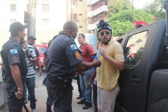 O rep�rter Bruno Amorim, do jornal O Globo, foi preso por estar fotografando a a��o dos policiais com a acusa��o de estar