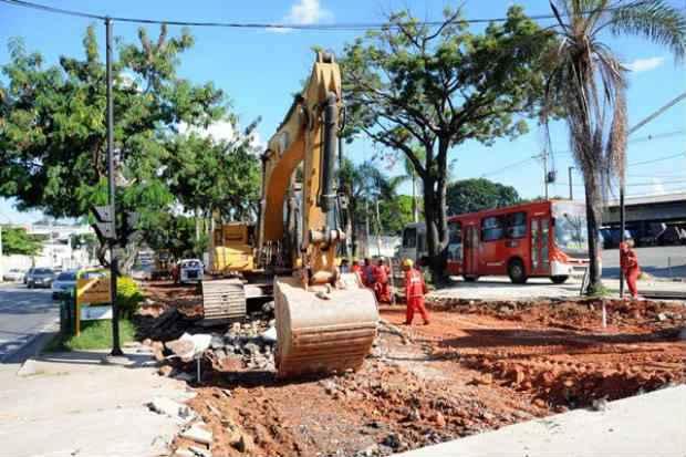 Obras de transporte na Avenida Ant�nio Carlos, em Belo Horizonte, est�o atrasadas, apesar do regime diferenciado. Foto: Gladyston Rodrigues/EM (Gladyston Rodrigues/EM)