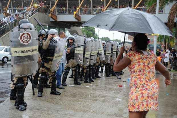Ex-moradores do pr�dio da Oi, no Engenho Novo, que acampavam, em frente ao pr�dio da prefeitura, entraram em confronto com a Guarda Municipal, ao ocuparem uma das pistas da Presidente Vargas. Foto: T�nia R�go/Ag�ncia Brasil