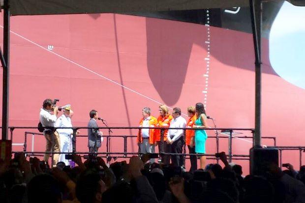 Entrega do Drag�o do Mar tamb�m marcou o batismo do petroleiro Hanrique Dias (Bruna Siqueira Campos/DP.D.A Press)