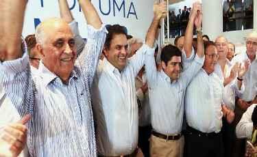 A�cio ao lado do candidato ao governo da Bahia Paulo Souto (E), do prefeito de Salvador, ACM Neto, e de Geddel (PMDB): 'constru��o pol�tica bem-sucedida', segundo tucano. Foto: Divulga��o/PSDB  (Divulga��o/PSDB)