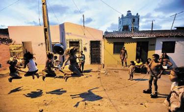 Crian�as brincam na comunidade Servluz, em Fortaleza: promessa de saneamento b�sico, �gua, sistema vi�rio e ilumina��o nas novas 1.472 moradias a serem constru�das Foto: Monique Renne/CB/DA Press  (Monique Renne/CB/DA Press)