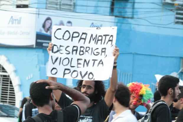Protesto contra a realiza��o do mundial de futebol, em mar�o, em Recife: viol�ncia assusta o governo. Foto: Nando Chiappetta/DP/ D. A Press  (Nando Chiappetta/DP/ D. A Press)
