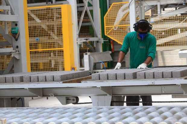 ConcrEpoxI investiu R$ 15 milh�es em equipamento para automatizar toda a produ��o. Foto: Teresa Maia/DP/D.A Press