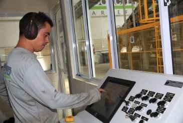 O espanhol Alberto Ca�izares, � frente da m�quina importada, comanda sozinho a linha de produ��o. Foto: Teresa Maia/DP/D.A Press