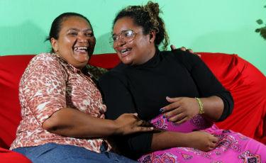 Ao lado da m�e Risonete Costa, a cantora-soldadora comemora o sucesso. Foto: Paulo Paiva/DP/D.A Press (Foto: Paulo Paiva/DP/D.A Press)