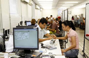 A partir de ter�a-feira, os eleitores podem recuperar o documento cancelado ap�s o fim da revis�o biom�trica. Foto: Blenda Souto Maior/DP/D.A Press