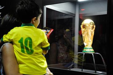 Depois de passar por cerca de 80 pa�ses, o trof�u da Copa do Mundo de 2014 chegou ontem (21) ao Rio de Janeiro, onde ficar� exposta at� o pr�ximo dia 25 no Maracan�. Foto: T�nia R�go/Ag�ncia Brasil