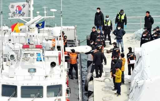 Socorristas removem de um barco da guarda costeira o corpo de uma v�tima, no porto de Jindo. Foto: Jung Yeon-je/AFP Photo