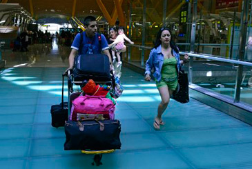 Imigrantes embarcam no aeroporto de Madri de volta para o Equador. Foto: Javier Soriano/AFP Photo
