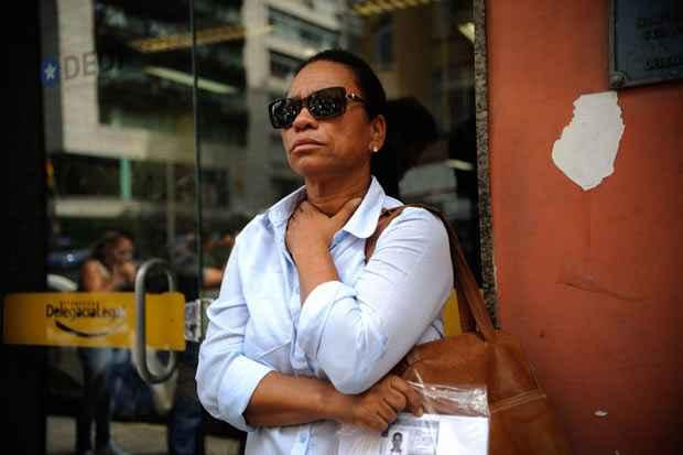 Maria de F�tima da Silva, m�e de Douglas Rafael da Silva, dan�arino encontrado morto ontem (22) no morro do Pav�o-Pav�ozinho, em Copacabana, presta depoimento na 13� Delegacia de Pol�cia. Foto: Fernando Fraz�o/Ag�ncia Brasil