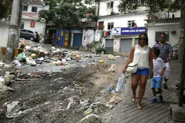 Moradores do Pav�o-Pav�ozinho tentam retomar a rotina ap�s protesto. Foto: Pilar Olivares/CB/D.A Press (Pilar Olivares/CB/D.A Press)