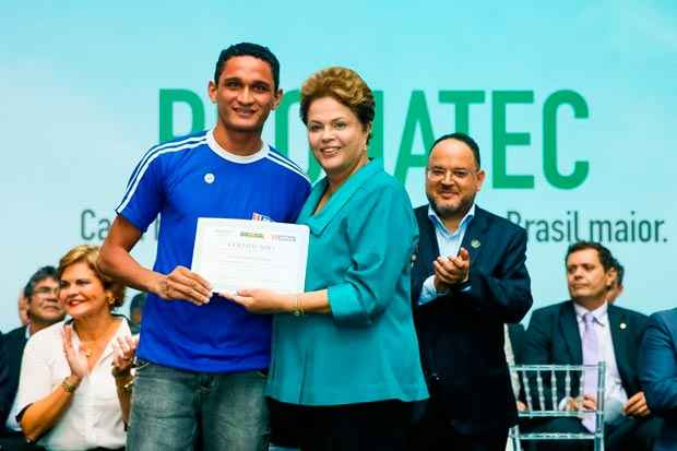 Presidenta Dilma Rousseff durante entrega de diploma ao formando Airton Batista Vieira do curso de soldador no processo TIG em a�o, do SENAI. Foto: Roberto Stuckert Filho/PR