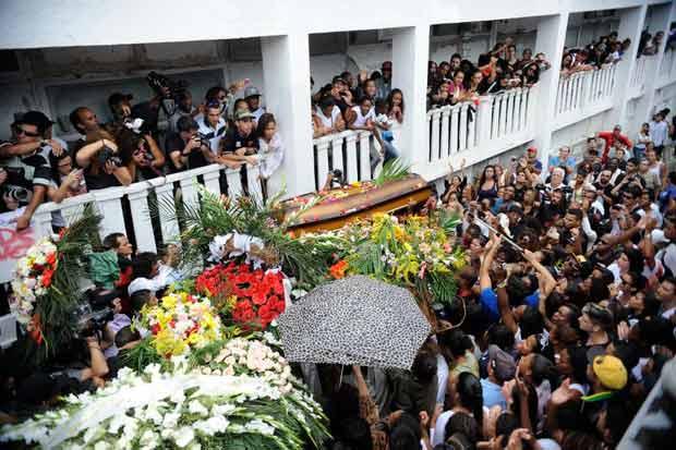 O corpo do dan�arino Douglas Rafael Silva � enterrado no Cemit�rio S�o Jo�o Batista, sob muitos aplausos e pedidos de justi�a. Foto: Tomaz Silva/Ag�ncia Brasil