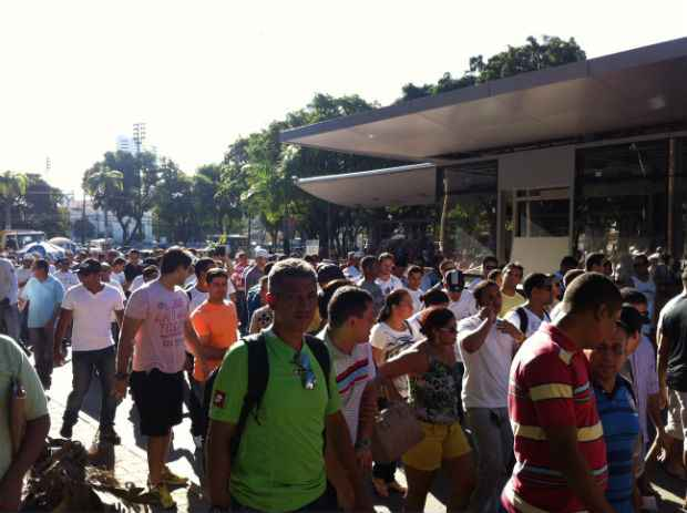 Grupo caminha em direção à Alepe para entregar demandas  Foto: Raphael Guerra/DP/D.A Press