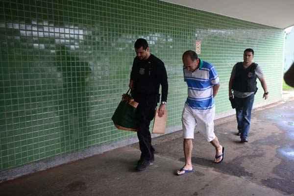 Um dos suspeitos presos chega ao Departamento de Pol�cia Especializada acompanhado da pol�cia. Foto: Ed Alves/CB/D.A Press
