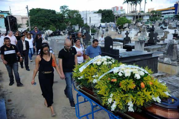 Enterro do coronel reformado do Ex�rcito, Paulo Malh�es, no cemit�rio de Nova Igua�u, na Baixada Fluminense. (Foto: Fernando Fraz�o/Ag�ncia Brasil )