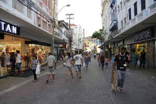 Movimento nas lojas do centro costumava aumentar em abril. Mas, segundo o CDL, isso n�o aconteceu neste ano. Foto: D�bora Rosa/DP/D.A Press
