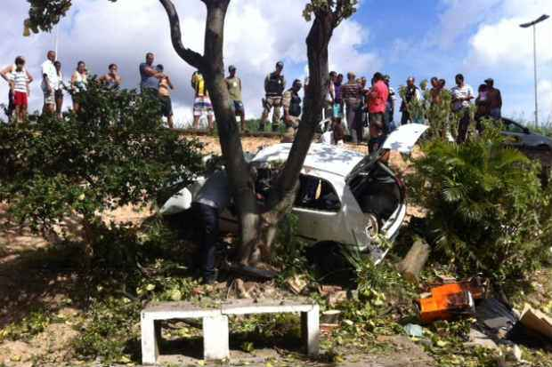 Veículo capotou e bateu contra árvore. Foto: Tiago Neuenscwander/EspDP/D.A.Press