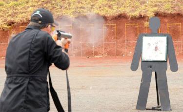 Aluno da Academia Nacional de Pol�cia treina com armas n�o letais: prepara��o para a Copa comprometida. Foto:Marcelo Ferreira/DP/D.A.Press