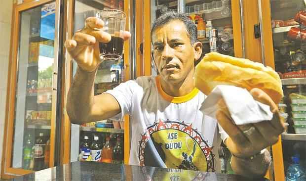 Mesmo tendo cortado refrigerantes e salgados, Jos� gasta na panificadora 10% do que ganha por m�s. Foto: Gustavo Moreno/CB/D.A.Press