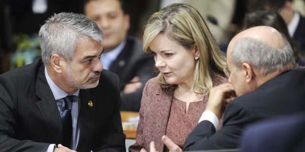 Senadores governistas discutem a instala��o da CPI da Petrobras: Planalto quer o petista Humberto Costa (E) na presid�ncia da comiss�o
