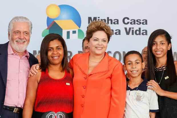 Presidenta Dilma Rousseff participa da entrega das chaves e do cart�o Minha Casa Melhor a senhora Sir�ia Santos de Souza durante cerim�nia de entrega de 1.500 unidades habitacionais dos Residenciais Caminhos do Mar I, II e III, do programa Minha Casa Minha Vida. Foto: Roberto Stuckert Filho/PR