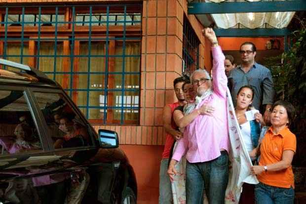 O deputado federal licenciado Jos� Genoino (PT) deixa sua casa no bairro do Butant�, na tarde da sexta-feira, dia 15 de novembro de 2013, para se entregar na sede da Pol�cia Federal de S�o Paulo. Foto: Robson Fernandjes/Estad�o Conte�do/Arquivo