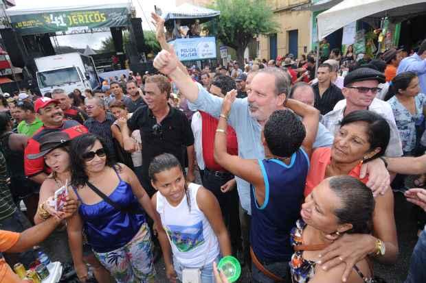 Armando Monteiro aproveitou para circular entre os populares no munic�pio de Panelas. Foto: Assessoria de comunica��o/Divulga��o