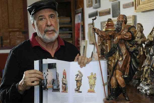 Elias Layon e o cat�logo com pe�as cuja autoria ele reivindica, mas que s�o atribu�das ao g�nio do barroco  (Jair Amaral/EM/D.A Press)