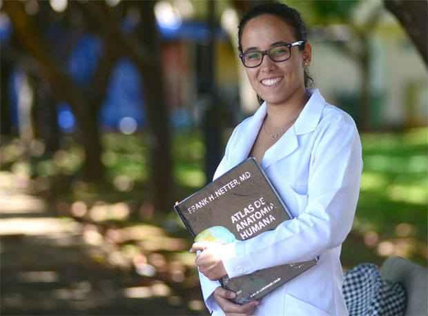 Estudante de medicina, Let�cia Valad�o diz que sem o Fies seria pesado arcar com mensalidade integral (Ed Alves/CB/D.A Press)