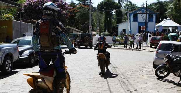 Tr�fego de motos sem identifica��o � intenso em locais como o distrito de Macacos, em Nova Lima, assim como as den�ncias de abusos de pilotos. Foto: Rodrigo Clemente/EM/D.A. Press