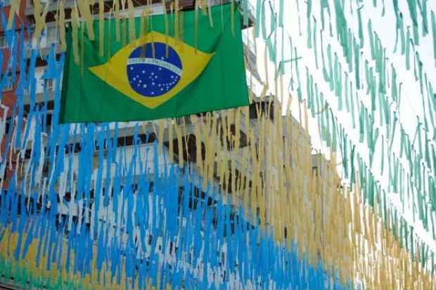 Moradores decoram a Rua Pereira Nunes, em Vila Isabel, para a Copa do Mundo 2014 (Fernando Fraz�o/Ag�ncia Brasil)