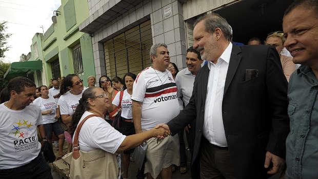 Armando Monteiro cumprimenta moradores de Goiana (Leo Caldas/Divulga��o)