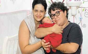 Tha�se e Michelle com a filha em casa: registro civil, para elas, significa o reconhecimento da diversidade das fam�lias brasileiras. Foto: Arquivo Pessoal (Arquivo Pessoal)