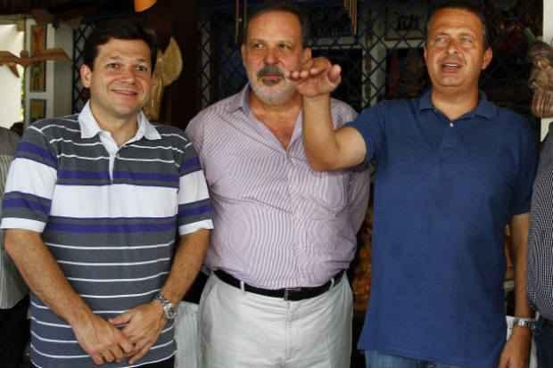 Armando fazia altos elogios a Geraldo Julio na campanha de 2012 e recebia o mesmo tratamento do socialista. O PTB foi o primeiro partido a apoiar o candidato do PSB na elei��o municipal (Ricardo Fernandes/DP/D.A Press)