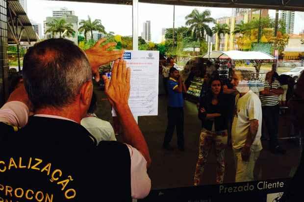 Outros 11 supermercados de grande e m�dio porte do Recife j� foram interditados nos �ltimos dois meses. Foto: Augusto Freitas/DP/D.A Press