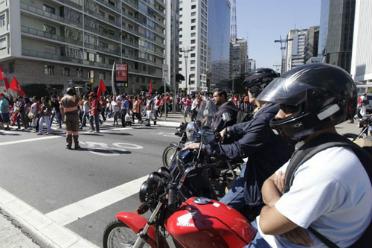 Motociclistas observam passeata em S�o Paulo: protesto por moradias populares e contra gastos com a Copa. Foto: Oswaldo Corneti/ Fotos P�blicas (Oswaldo Corneti/ Fotos P�blicas)