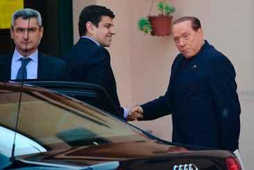 O ex-primeiro-ministro italiano Silvio Berlusconi chega ao instituto católico Sagrada Família de Cesano Boscone para cumprir o primeiro dia da pena de serviços sociais. Foto: Olivier Morin/AFP Photo