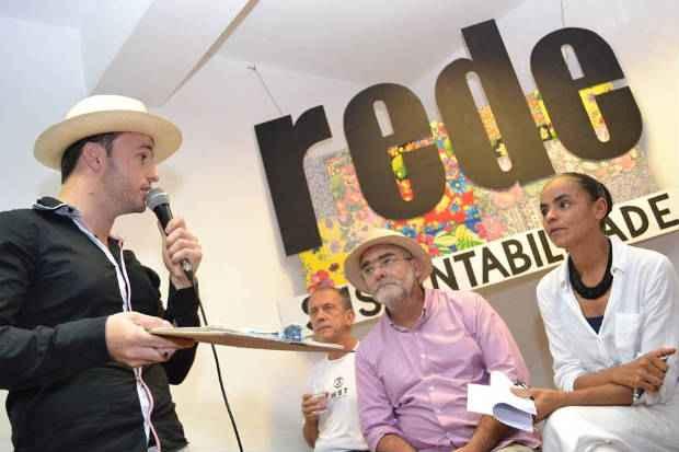 Escritor C�lio Turino (de chap�u ao lado de Marina) � um dos pr�-candidatos da Rede em S�o Paulo. Ele est� disputando a indica��o com outros nomes como o do vereador Ricardo Young (PPS). Foto: Foto: Gilberto Tavares/Rede/Divulga��o  (Foto: Gilberto Tavares/Rede/Divulga��o)
